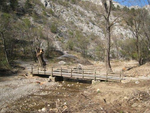 Val Rosandra: il ponticello dopo il raid del 28 marzo 2012