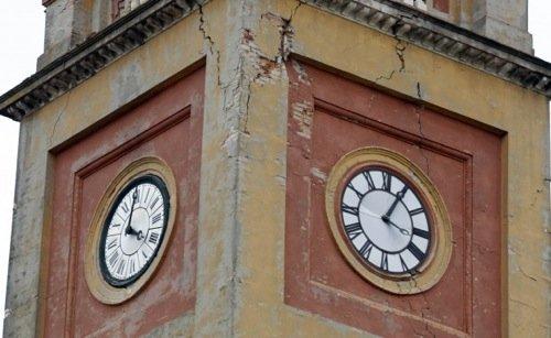 L'orologio della torre di San Felice sul Panaro in una fase intermedia del disastro