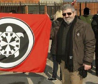 Gianluca Casseri, un bianco che ha fatto pum! pum! e che troppi fingono di non aver mai conosciuto. Nella foto, mostra orgoglioso la bandiera di Casapau.
