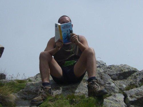 Tony si è portato il libro sul colle della mologna grande,tra l'alto biellese e la valle di gressoney.