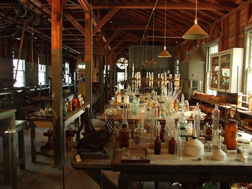 800px-Edison_and_Ford_Winter_Estates,_Edison's_laboratory