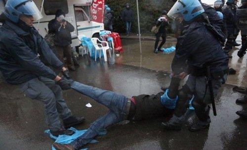 Bologna. Poliziotti alla Granarolo contro i facchini in lotta
