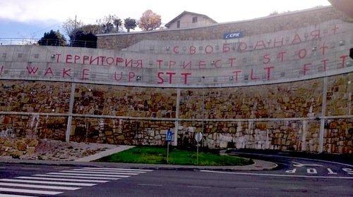 Sveglia Territorio Libero di Trieste. Scritta multilingue, anche in russo, nell'ex-zona B, in Slovenia.