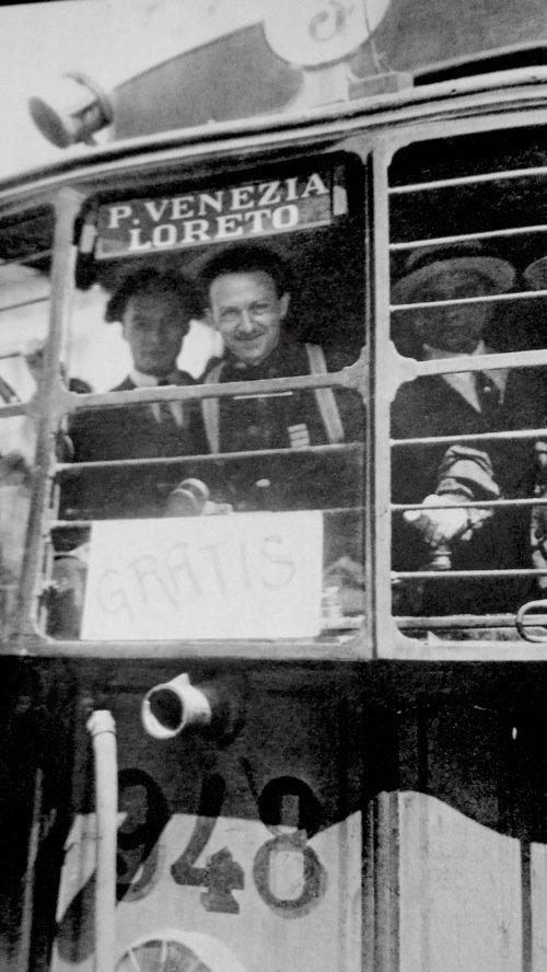 Milano, 20 agosto 1922. Il tram n.948, requisito e guidato dalle camicie nere, fu il primo mezzo a forzare lo sciopero generale indetto «contro l'illegalismo fascista». Al volante c'era Aldo Finzi. Di origine ebraica, a partire dal 1938 Finzi cadde in disgrazia, fu inviato al confino ed espulso dal PNF. Nel 1943 si avvicinò alla Resistenza. Catturato dai tedeschi, fu trucidato alle Ardeatine. La vettura fascista, intanto, proseguiva la sua corsa verso Piazzale Loreto. La foto non dà adito a equivoci, il capolinea era già indicato nel cartello.