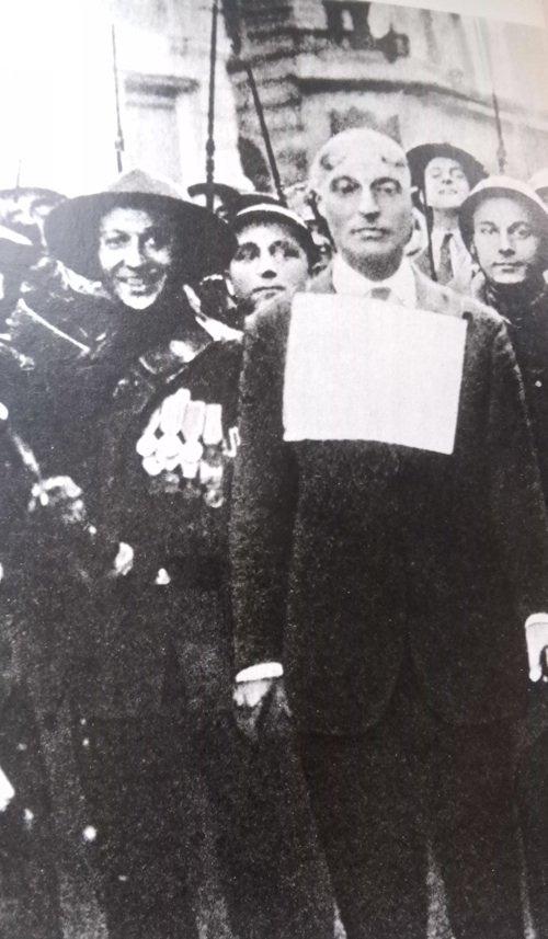 Roma, 13 giugno 1921. Il deputato comunista Francesco Misiano, trascinato fuori da Montecitorio, viene picchiato, rapato a forza e costretto a sfilare per le vie con un cartello al collo - «La patria va servita e io sono fascista» - mentre due ali di squadristi lo insultano e prendono a sputi.