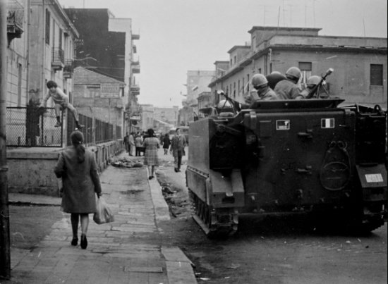 Febbraio 1971 i blindati dei carabinieri presidiano le strade del quartiere di Sbarre. Foto di Lello Spinelli - archivio Dia.