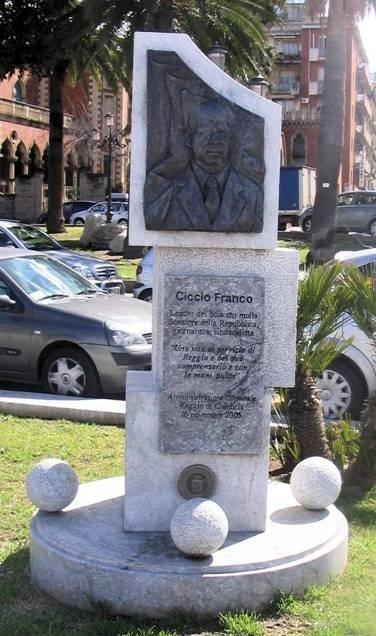 Il monumento a Ciccio Franco sul Lungomare voluto dall'amministrazione Scopelliti.
