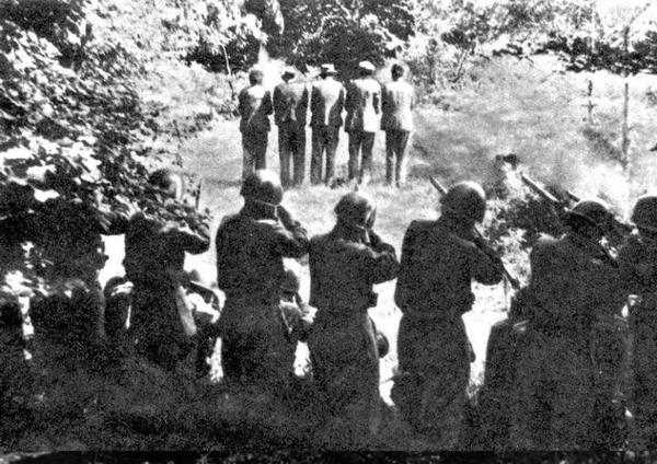 31 luglio 1942. Esecuzione sommaria di civili del villaggio sloveno di Dane. Quelli che stanno per sparare sono soldati italiani. Eppure, ogni 10 febbraio qualcuno la ripropone straparlando di «plotone d'esecuzione titino» e «vittime italiane». È successo anche in una puntata di «Porta a porta». Di questa crassa manipolazione si è occupato anche il giornalista Michele Smargiassi sul suo blog Fotocrazia, clicca per leggere il suo articolo.