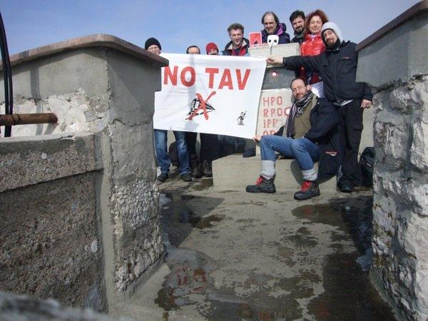Dal nordovest all'Adriatico orientale, tutte le lotte sono la stessa lotta. La bandiera No Tav sul Monte Učka, 1 marzo 2015.