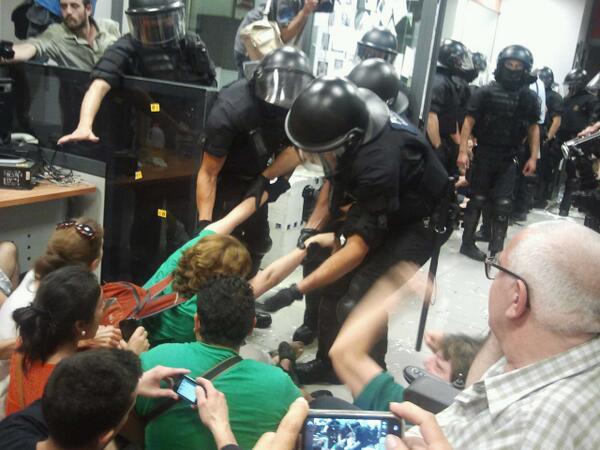 La nuova sindaca di Barcellona Ada Colau. È quella al centro, trascinata per le braccia dalla polizia.