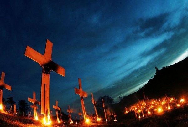 Ancora «The Burning Cemetery», foto di Alessandro Pianalto.