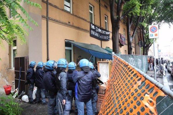 Lo sgombero di Eat The Rich in via Alessandrini, Bologna, mattina del 23 maggio 2015.