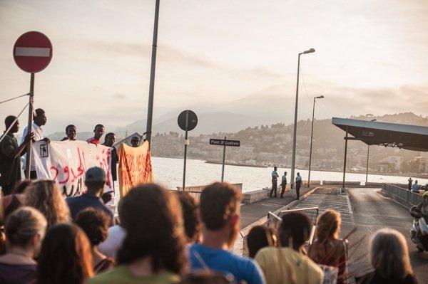 Manifestazione alla frontiera italo-francese di Ventimiglia. Foto di Michele Lapini. Clicca per ingrandire.