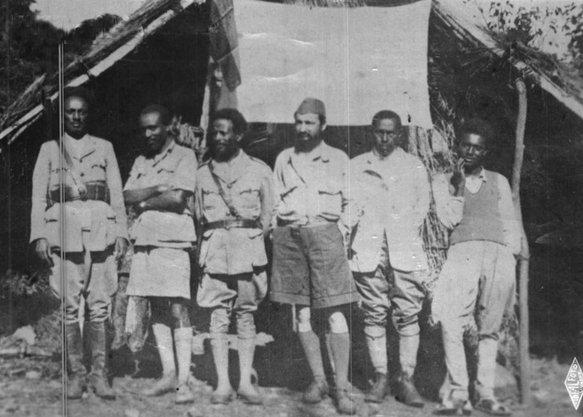 L'antifascista livornese Ilio Barontini con i guerriglieri etiopi del Goggiam, 1939. Un italiano contro l'invasione italiana.