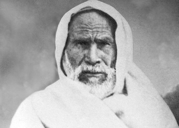 Omar al-Mukhtar, eroe della resistenza libica all'occupazione fascista, impiccato nel campo di concentramento di Soluch nel settembre 1931, all'età di settant'anni.