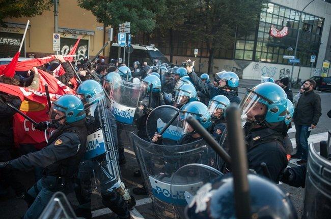 La prima carica contro il presidio. Foto Michele Lapini/Eikon