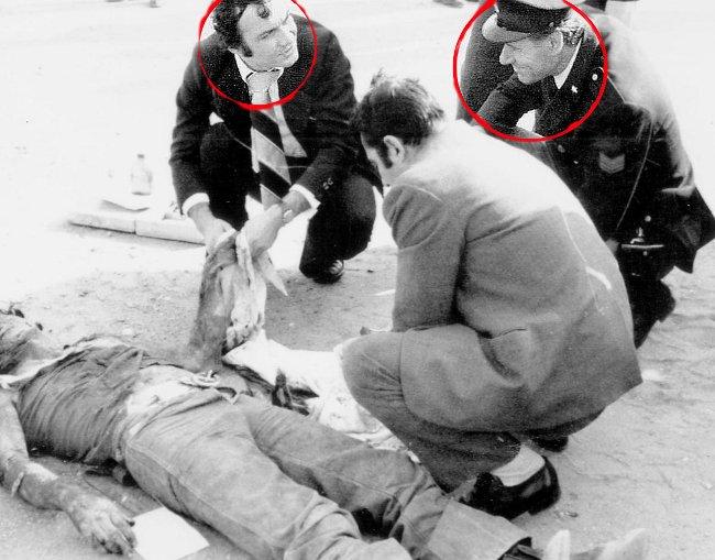 Ostia, 2 novembre 1975. Poliziotti sorridono sul cadavere di Pasolini.