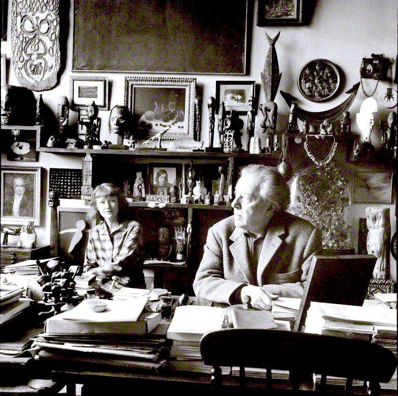 André Breton e sua moglie Elisa nell'atelier di rue Fontaine 42, foto di Ida Kar, 1960