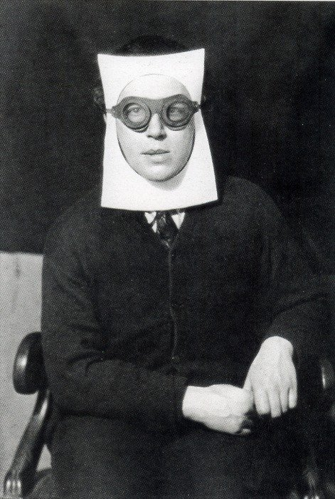 André Breton fotografato da Man Ray nel 1924