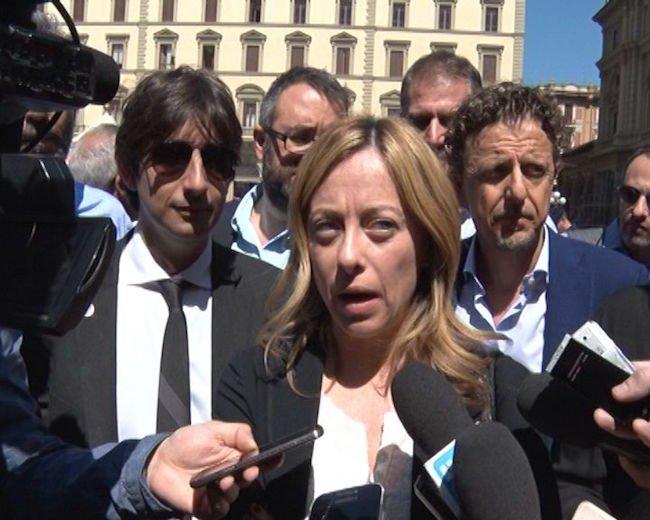 Accanto a Giorgia Meloni, con gli occhiali neri, Giovanni Donzelli, consigliere di Fratelli d'Italia al Consiglio Regionale Toscano.