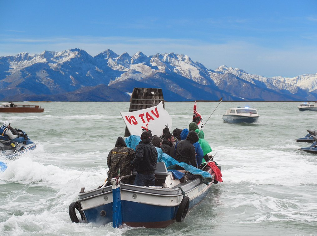 Détournement di una foto di Michele Lapini. Barca No Tav nel Canale della Giudecca, Venezia. All'orizzonte, le montagne della Val di Susa.