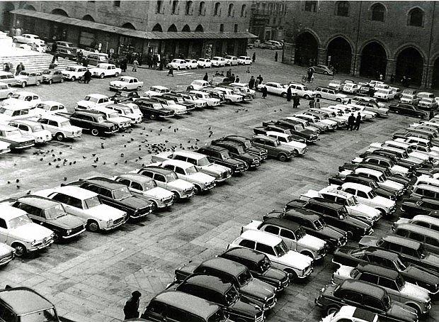 Bologna, Piazza Maggiore, poco prima di diventare zona pedonale (circa 1968). Foto di Unione Fotografi Organizzati