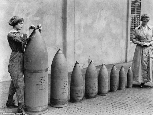 Due lavoratrici della National Shell Filling Factory No.6 a Chillwell, Nottinghamshire nel 1917