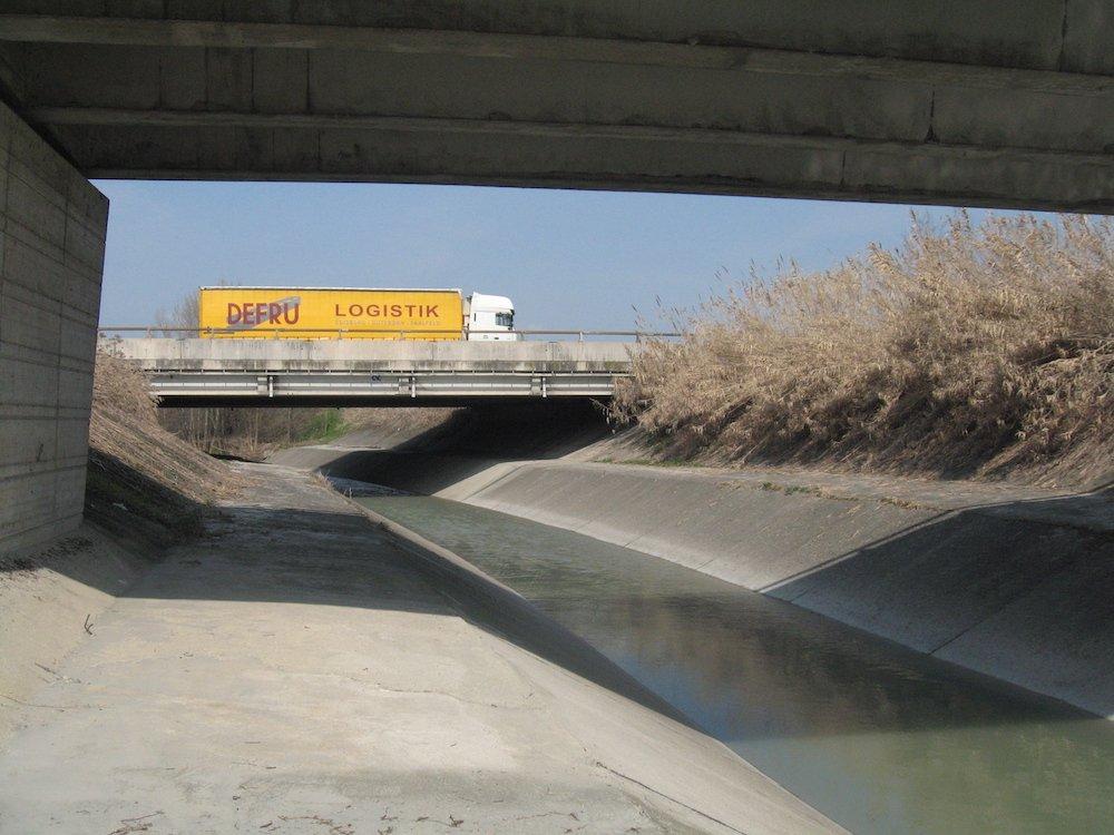 Il torrente Lavino striscia sotto l'A14