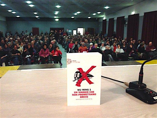 Bussoleno, 5 novembre 2016. La sala del Centro polivalente (noto in valle come «il PalaNoTav») subito prima della presentazione del libro.