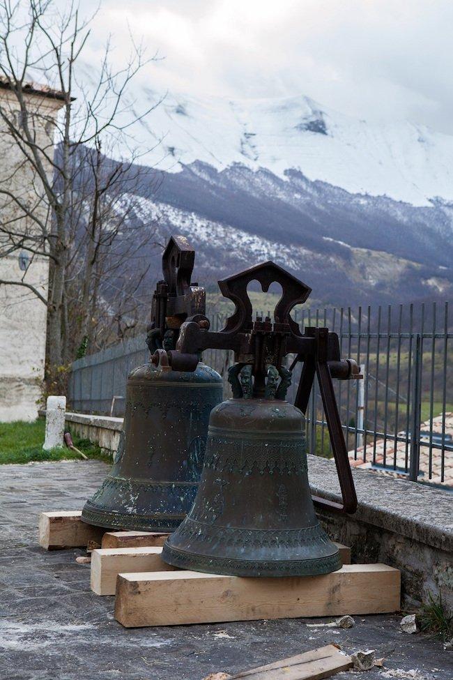 Campane della chiesa di Bolognola (MC), sullo sfondo la valle del Fagno.