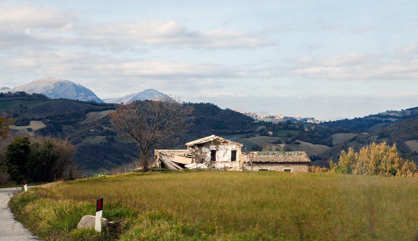 Casa colonica crollata, sullo sfondo Camerino (MC) (Foto di Michele Massetani)