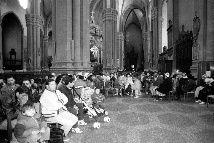 13 novembre 1998, Bologna: le famiglie di migranti sgomberate da via Rimesse occupano la basilica di San Petronio in Piazza Maggiore.