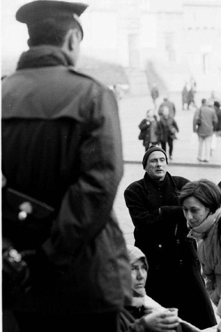 Bologna, 13 novembre 1998. Al freddo e al gelo di Piazza Maggiore, lo scrittore Stefano Benni testimonia la propria solidarietà ai migranti.