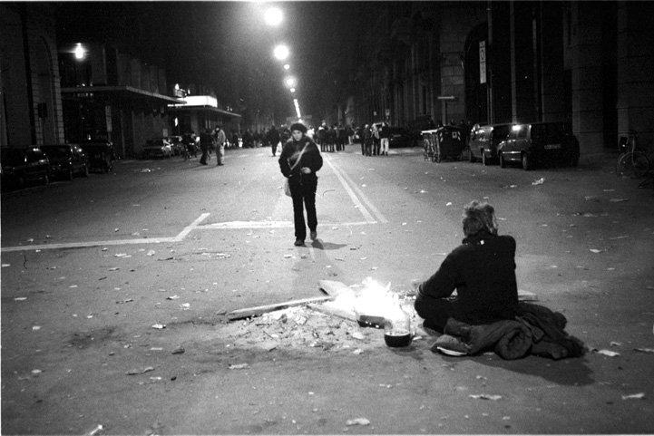 Bologna, sera del 7 dicembre 1998. Blocco stradale all'incrocio tra via Irnerio e via del Pallone.