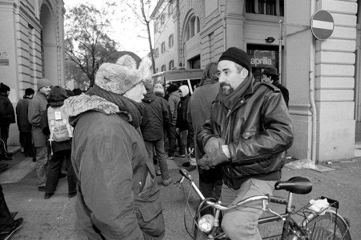 Bologna, 7 dicembre 1998. Lo scrittore Pino Cacucci viene a dare solidarietà agli immigrati sotto sgombero in via del Pallone.