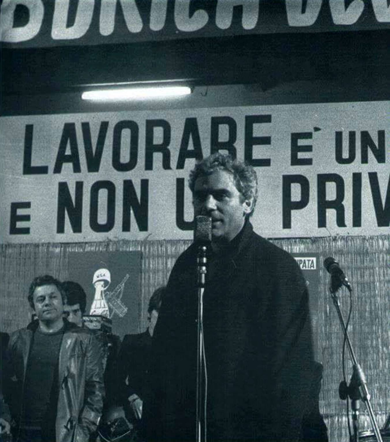Roma, dicembre 1970, Gianmaria Volontè e Paolo Villaggio portano la loro solidarietà ai lavoratori della Coca Cola in lotta.