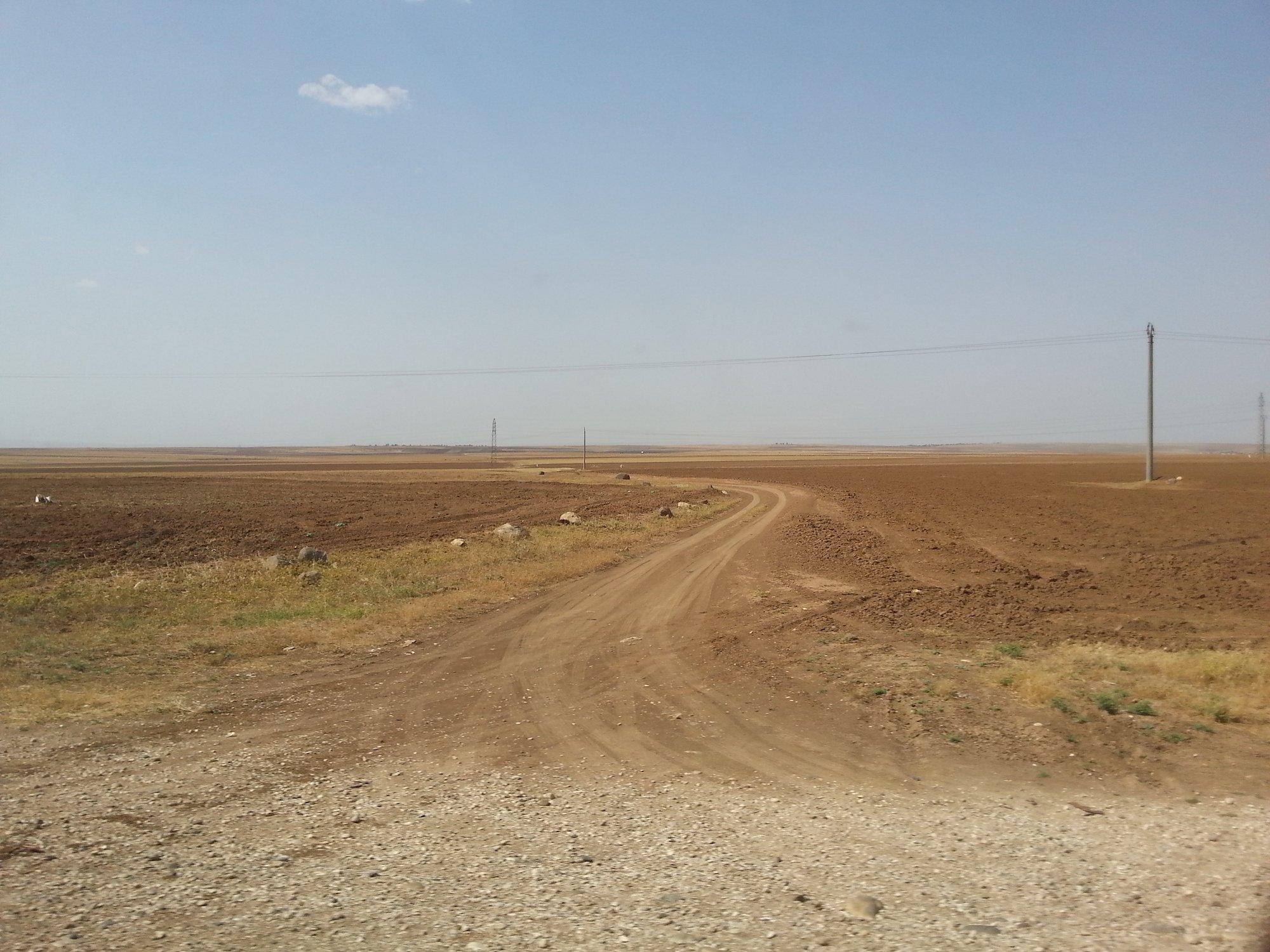 Gli spazi aperti del Rojava. «Praticamente una bassa ferrarese extralarge ma più secca.»