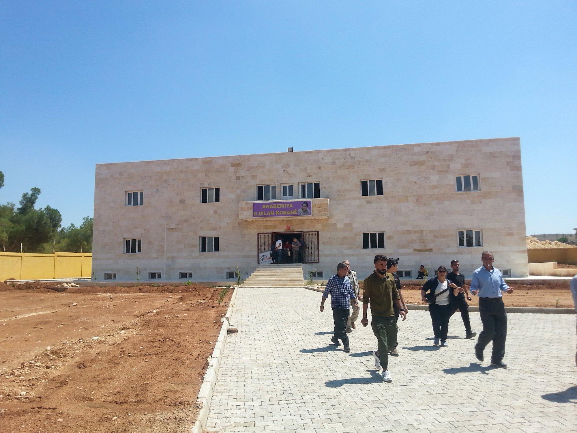 L'Accademia delle donne, finanziata dalla Provincia autonoma di Bolzano e dalla Tavola valdese, nell'ambito del progetto «Ponte donna Kobane», sempre con il supporto dell'Ufficio informazioni del Kurdistan in Italia (UIKI).