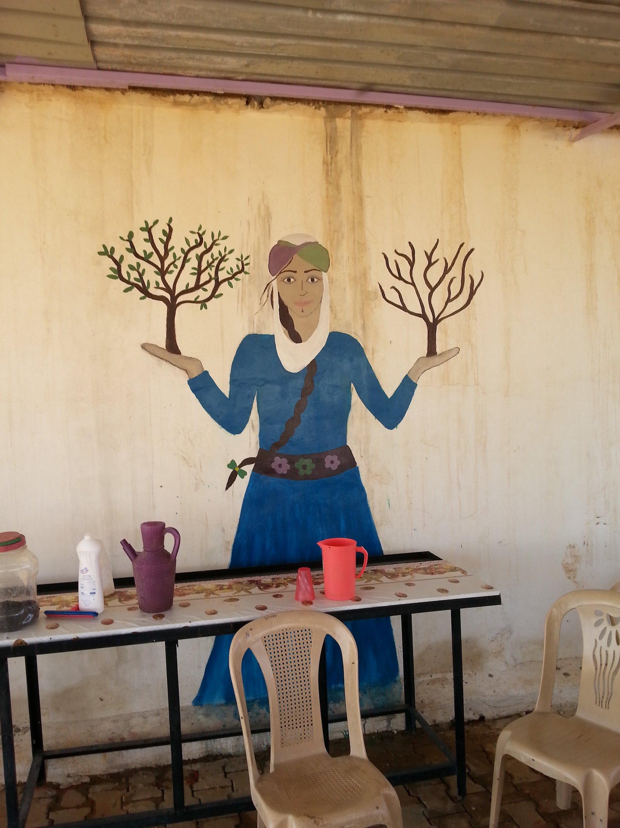 Murales a Jinwar, piccolo villaggio per sole donne fondato nel 2017.
