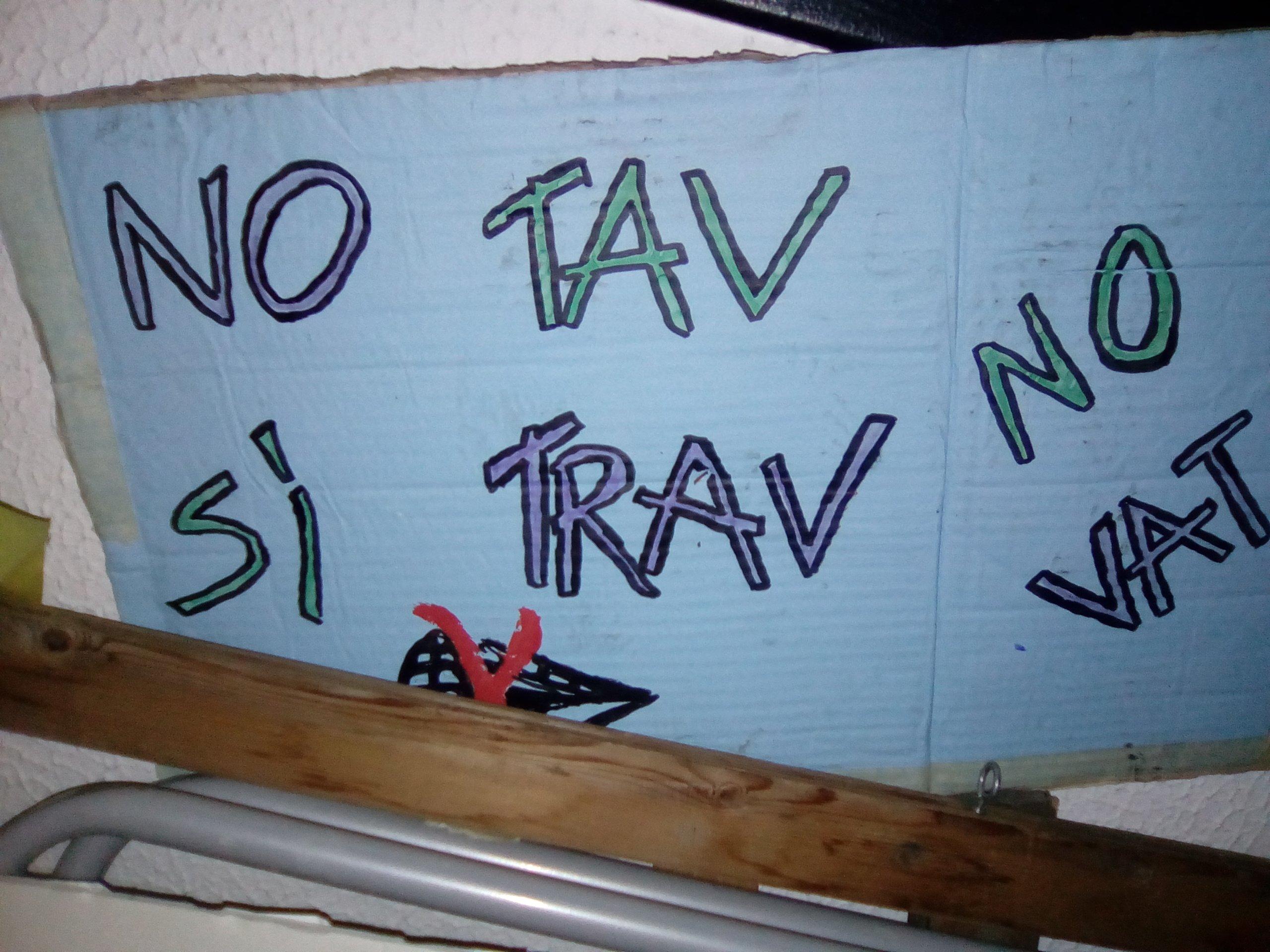 No Tav, Sì Trav. Cartello apparso Nessun* Norma, pride contro decoro e frontiere, Torino, 28 giugno 2018.