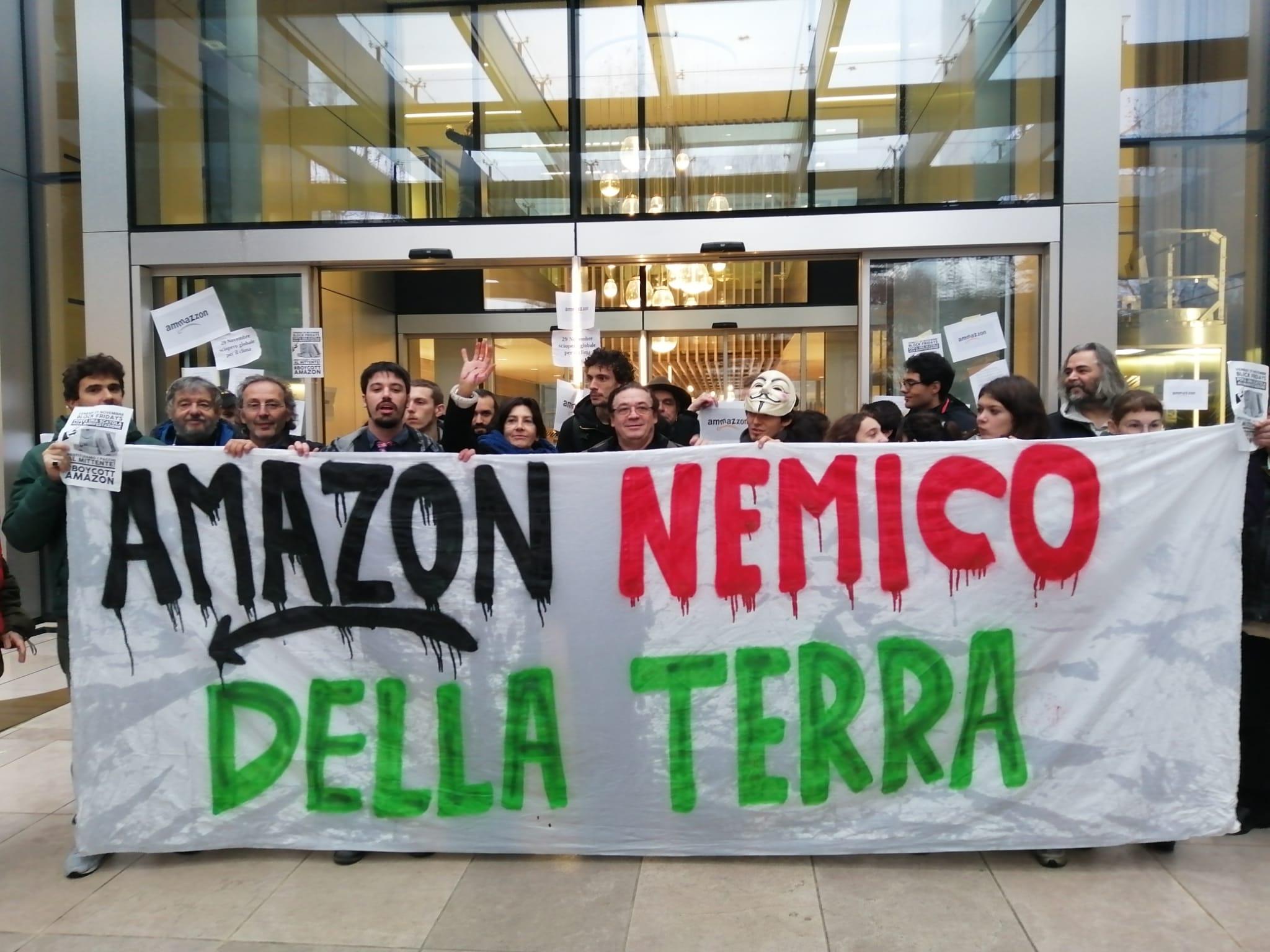 Irruzione di Fridays For Future nella sede Amazon di Milano