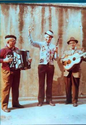 Trio di cantastorie: Lorenzo De Antiquis, Piazza Marino e Tonino Scandellari.